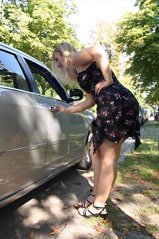 Sie steigt ins Auto ein für den Sex