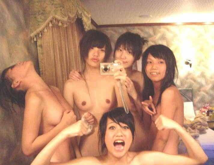 asiatinnen beim nackt posieren